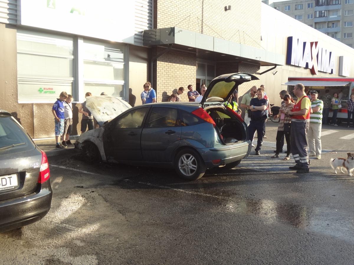 """Сегодня вечером в Ласнамяэ около магазина """"Maxima"""" на улице Юмера сгорел автомобиль. Фото Виталия Фактулина."""