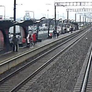 Молодой человек спрыгнул с перрона (на фото слева) и бросился под поезд. Автор: стоп-кадр.