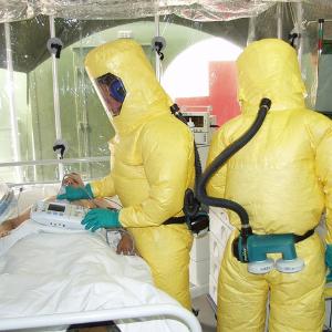 Врачи у кровати больного лихорадкой Эбола. Источник фото: Pixabay.com.