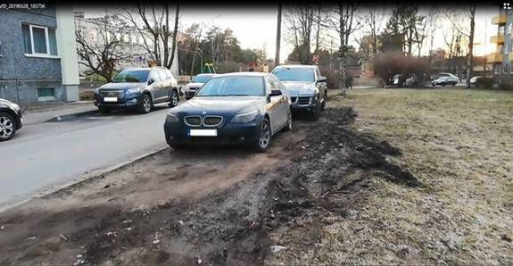 Во время контрольного рейда муниципальная полиция штрафовала водителей, запарковавшихся на газонах. Автор фото: Муниципальная полиция.