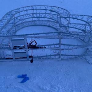 Злоумышленники опрокинули и повредили металлическую конструкцию, которую установили к 14 февраля в парке Тондилоо. Автор:  Lasnamäe LOV.